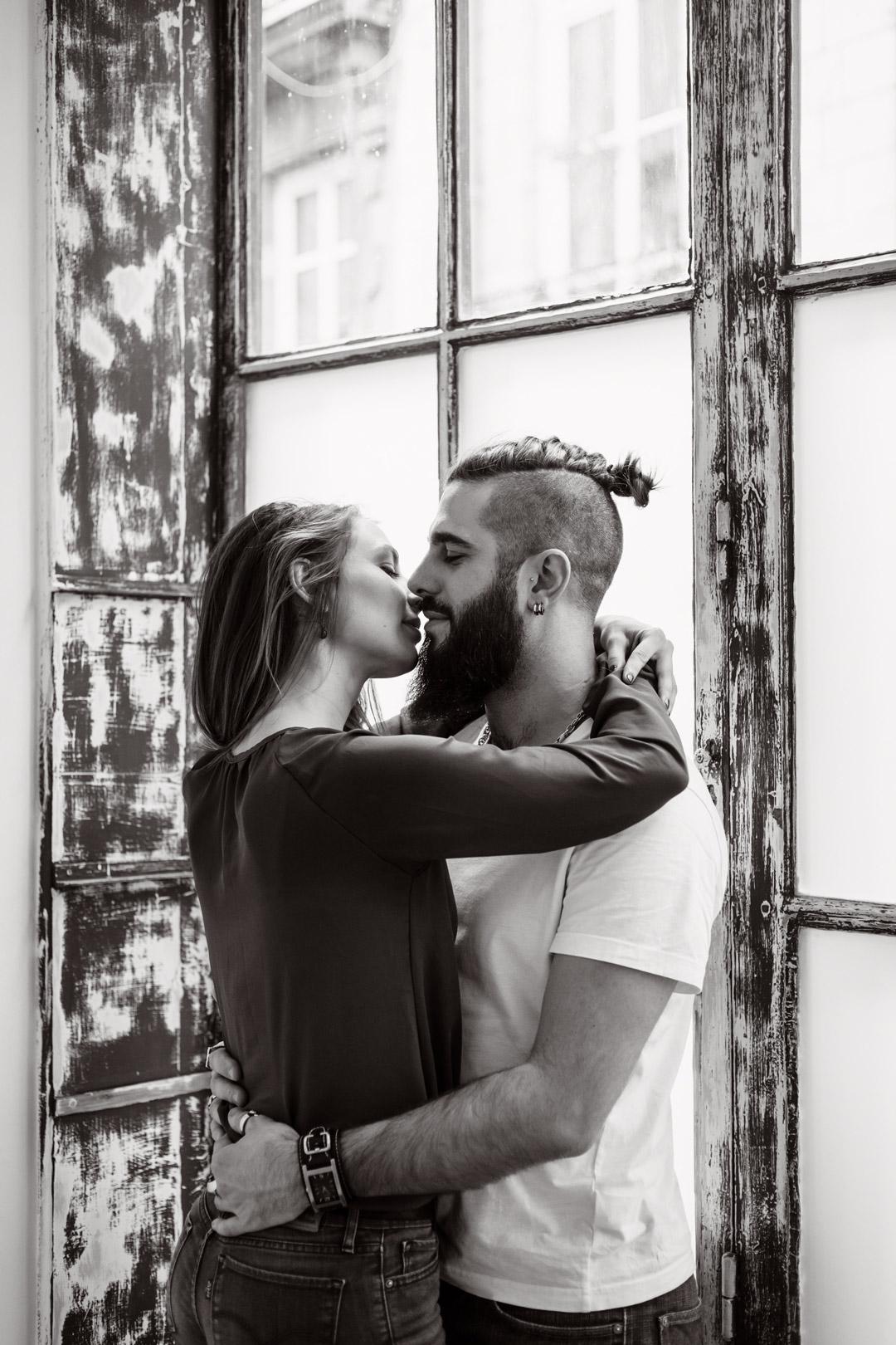 photo portrait noir et blanc couple qui s'enlace