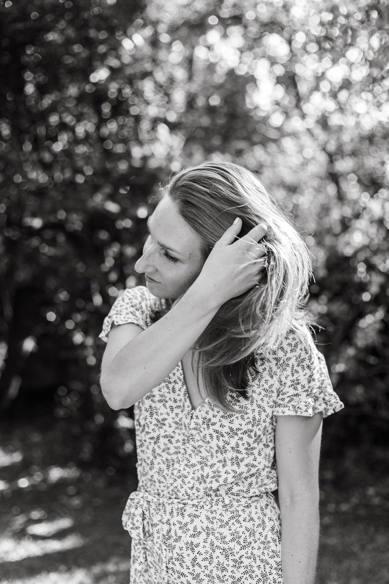 Photo portrait d'une femme en noir et blanc