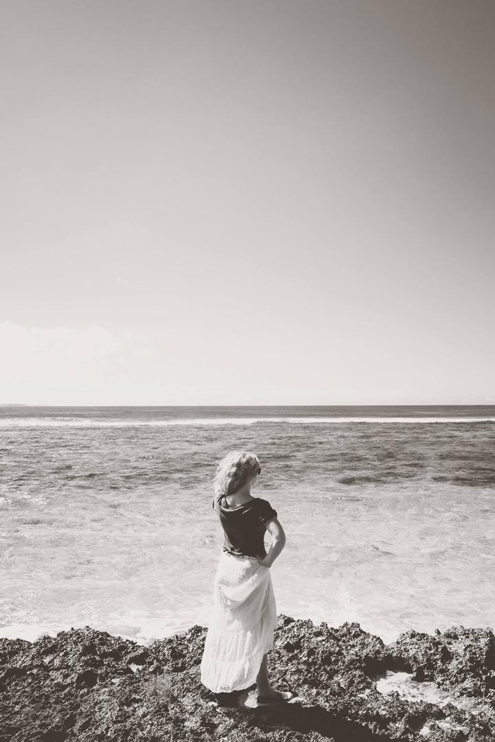 photo noir et blanc d'une femme en bord de mer