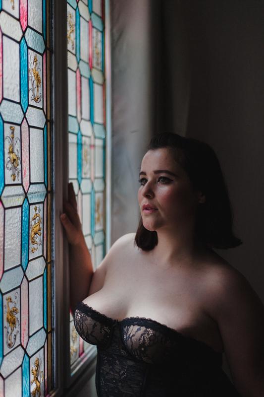 Photo portrait artistique d'une femme en lingerie boudoir